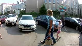 Здесь нет тротуара это специально сделали для проезда автомобилей :)