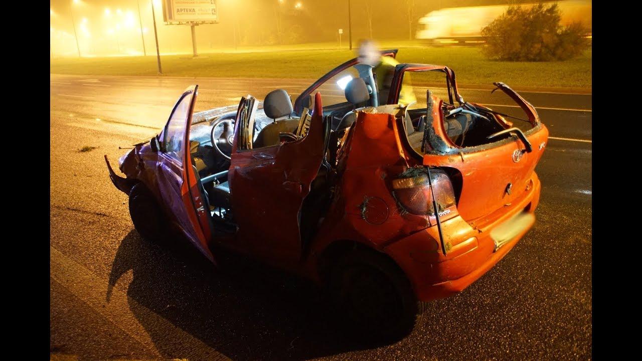 Lublin. Toyota wypadła z drogi. Dwie osoby zakleszczone we wraku pojazdu