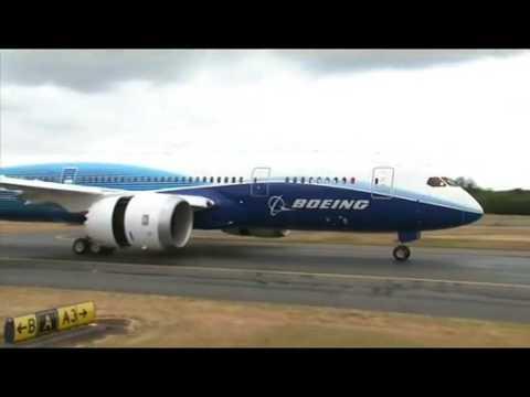 787 Dreamliner taxi and thrust reverser test