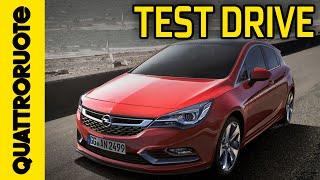 Opel Astra 1.6 CDTI Innovation 2015 Test Drive(Opel Astra ringiovanisce ancora: perde qualche centimetro ma guadagna in potenza e dotazioni. Scopri con noi la berlina per eccellenza! ISCRIVITI AL ..., 2015-12-09T16:00:00.000Z)
