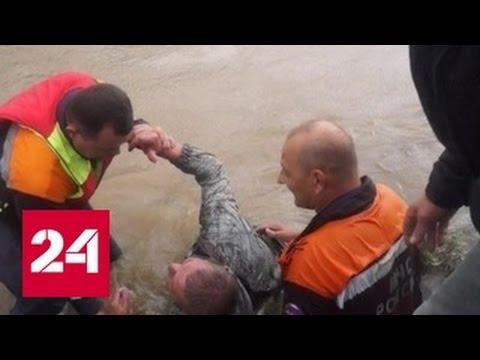видео: Погибший начальник приморского МЧС до последнего помогал людям выбираться из тонущей машины