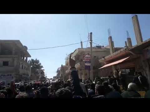 مظاهرة في درعا احتجاجا على إعادة تمثال حافظ الأسد وسط المدينة