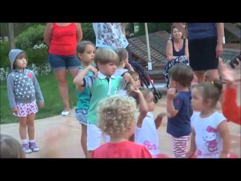 Сын Жанны Фриске Платон танцует на детской дискотеке в Болгарии