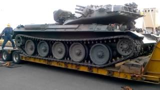 大洗から帰るためトレーラーに乗る74式戦車④戦車が動き乗り込みます thumbnail