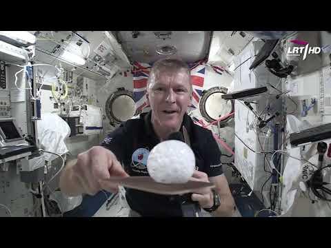 Kaip astronautai žaidžia tenisą ir plaunasi galvą?