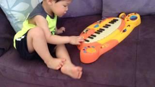 美國 B.Toys 感統玩具–「大嘴貓鋼琴 Meowsic」 影片 3 ~琴鍵擺動能轉換成貓咪叫聲 ? 這也未免太萌了吧 !