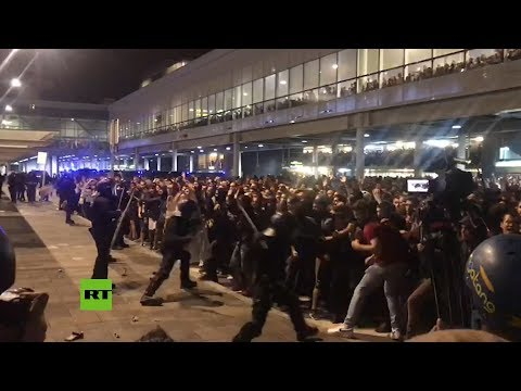 Continúan los enfrentamientos en el aeropuerto de Barcelona