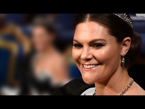 Victoria von Schweden - Meterlanger Stoff & tiefes Dekolleté: Ihr Nobelpreis-Kleid sorgt für Furore