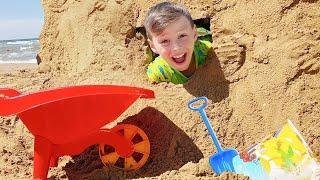 Adriana y Ali fingen jugar en la playa con juguetes de arena