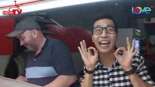 Hoàng Rapper bắn tiếng Anh tám cùng Paul Martin Wannock – chàng kỹ sư đến Sài Gòn bán bánh mì Hy Lạp