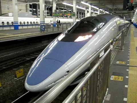 Salida de un tren Nozomi 500 de la estación de Hiroshima