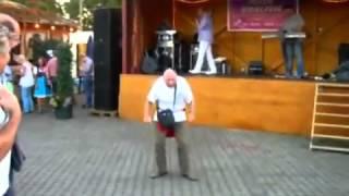 Opa geht voll auf Schlager Musik ab