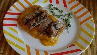 Мясо на гренках в сливочно-сырном соусе.