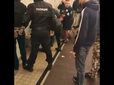 Տեսանյութ. Պատասխան չստանալով, մետրոյի ուղևորը դանակահարել է 2 խուլհամրի