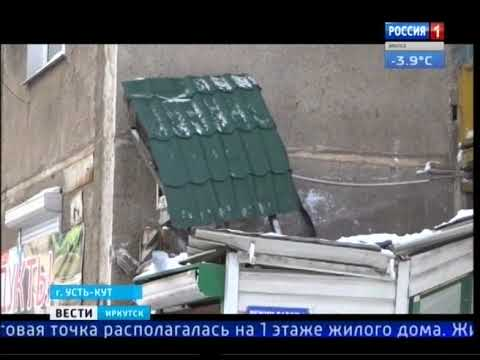 Снег с крыши разрушил вход в магазин в Усть Илимске