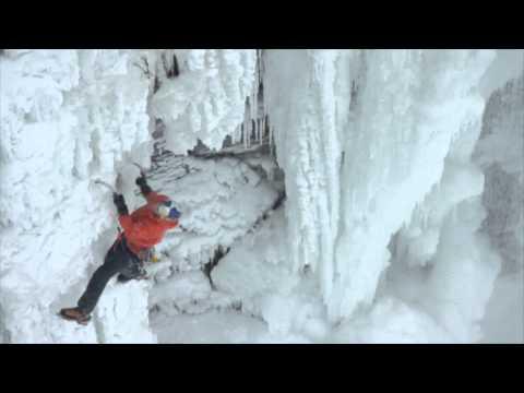 Un homme escalade les chutes du Niagara gelées par le froid