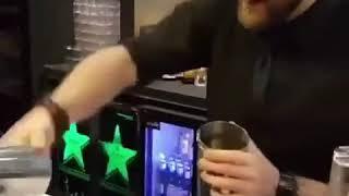 Фокусник бармен удивляет