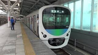石神井公園駅に到着する西武池袋線下り準急30000系と停車中の下り各駅停車東京メトロ10000系