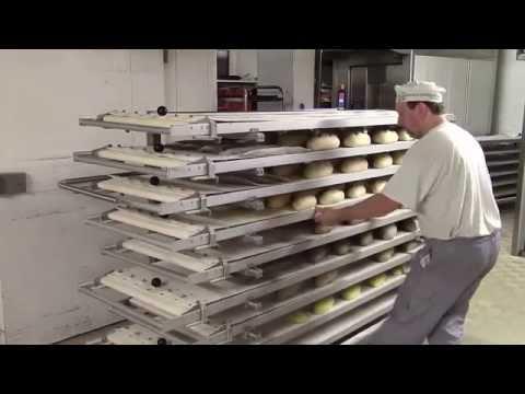Boulanger lame le pain en boulangerie