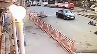 В Рабочем водитель Audi сбил женщину с ребенком, переходящих дорогу на красный свет