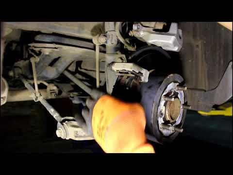 Замена задних тормозных колодок Toyota Camry XV50 Тойота Камри 2012 года, 2,5