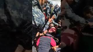 Video: Manifestantes golpeados y detenidos por los militares bolivianos