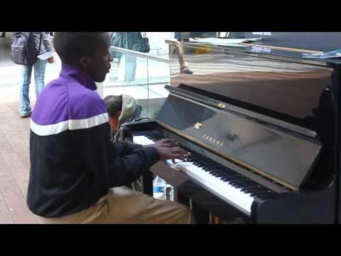 Un pianiste réchauffe le cœur d'un SDF (gare saint lazare)