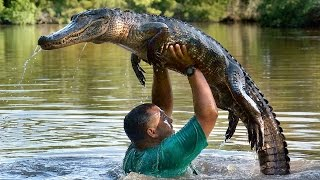 Man does Dirty Dancing moves with a Gator