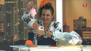 Mamona le regala a Cuqui la Mora su primer arbolito de Navidad