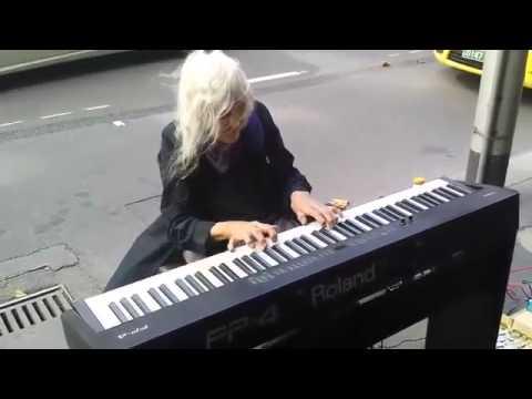 Игра на фортепиано на улицах Мельбурна