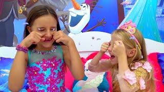 Nastya và bạn của cô ấy mặc những chiếc váy công chúa giống nhau