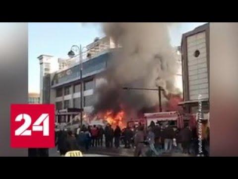 Сильный пожар вспыхнул в торговом центре в Баку - Россия 24