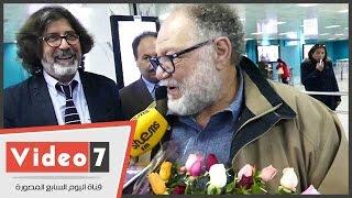 مدير مهرجان قرطاج المسرحية يستقبل يحيى الفخرانى بالورد