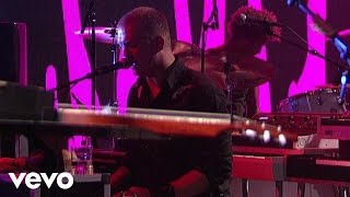 Queens Of The Stone Age - The Vampyre Of Time And Memory (Live on Letterman)