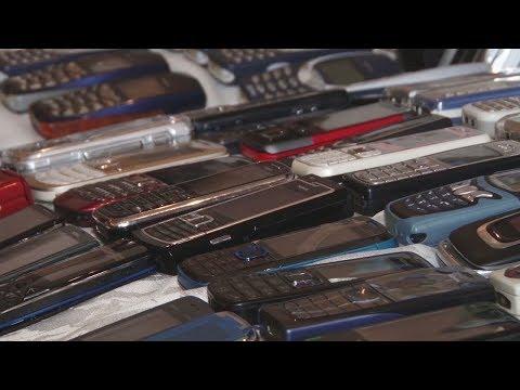 Ностальгия по мобильникам: россиянин собрал коллекцию раритетных телефонов (новости)