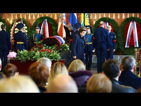 Космонавта Леонова похоронили на мемориальном кладбище
