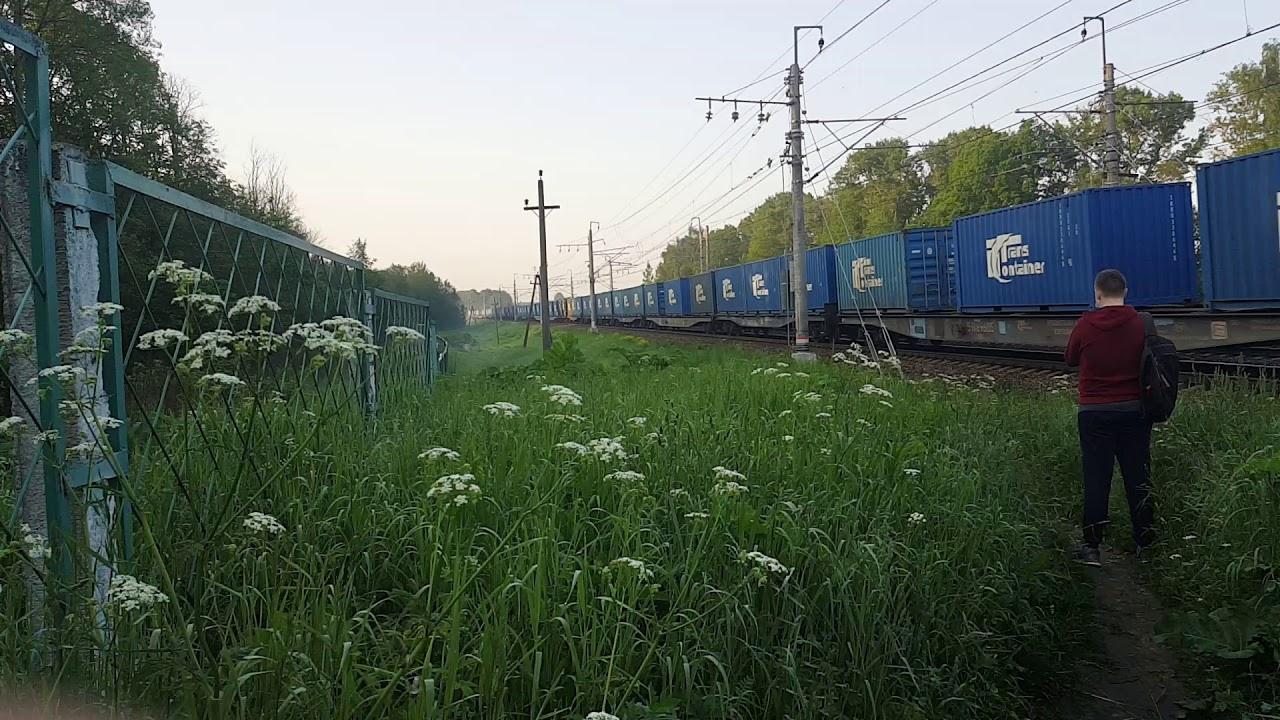 Электровоз ВЛ10-1065 с грузовым поездом на Санкт-Петербург.