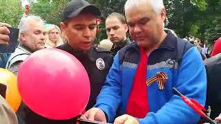 """В Мелитополе на митинге """"Бессмертного Полка"""" полицейский требует снять запрещенную символику"""