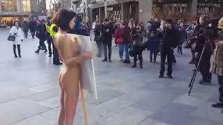 Протест против секс-террора Девушка разделась догола в центре Кёльна Новости Дня