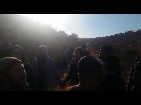 צפו: ריקודים מול המערה בה אירע הלינץ' בילדים ליד קוצרא
