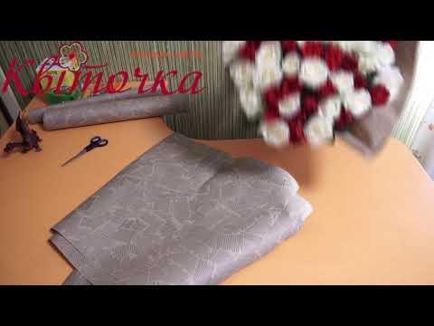 Букет роз в крафт бумаге: красное и белое