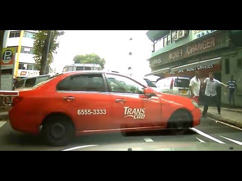 Driverless Cab moved by itself and did this! Singapore Road Cam