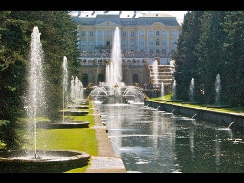 THE FOUNTAINS OF PETERHOF near St PETERSBURG, RUSSIA