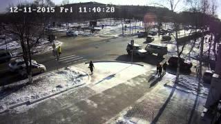 Дтп г.Уссурийск 11.12.2015г перекресток Суханова-Ленина - сбили пешехода(Видео с камеры системы АльянсГлаз г.Уссурийск Проект : http://inetvl.ru/glaz/ Камера : http://inetvl.ru/glaz/camussu/suxanova-59/?cam_page=2&city=u., 2015-12-15T09:09:17.000Z)