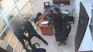 תיעוד: שוטרי תחנת פתח תקווה מפעילים אלימות בתא מעצר כלפי חשוד - ללא סיבה הנראית לעין