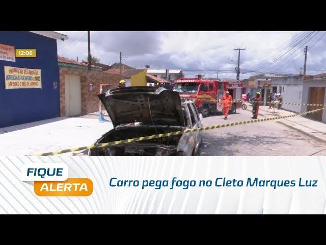 Carro pega fogo no Cleto Marques Luz, parte alta da cidade
