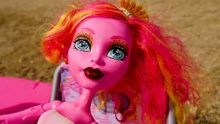 Monster High. Gooliope Jellington plajda yanıyor