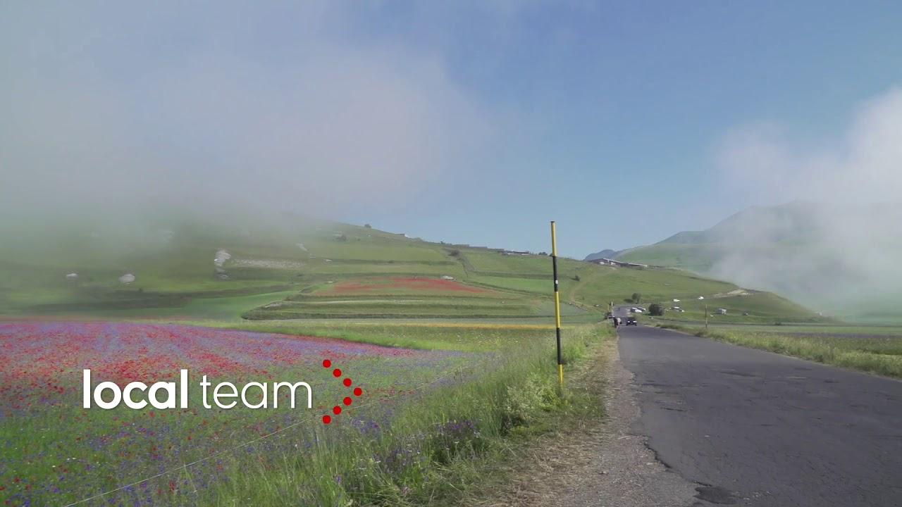 La nebbia avvolge Castelluccio: lo spettacolo della fioritura