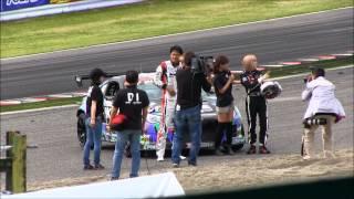 D1GP2014鈴鹿で、本戦開始前にアッキーナこと南明奈が谷口車に乗ってそ...