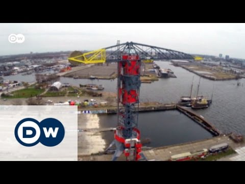 A night in a harbour crane | Euromaxx